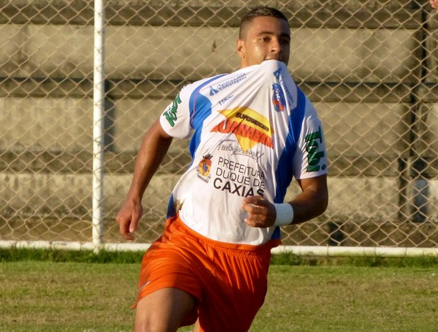 Bruno Veiga comemora gol com a camisa do Duque de Caxias (Foto: Vitor Costa)