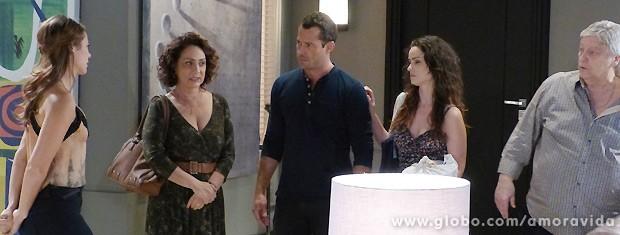 Sem pensar, Denizard pergunta por que Paloma e Bruno não estão juntos (Foto: Amor à Vida / TV Globo)