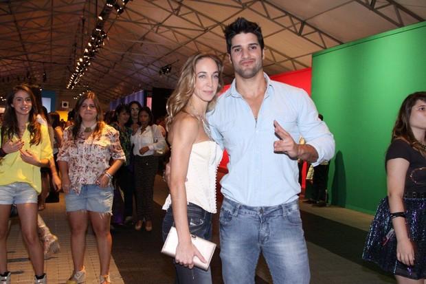 O ex-BBB Marcello e a namorada no Fashion Rio (Foto: Alex Palarea / AgNews)
