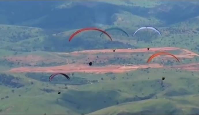 Pilotos de várias parte do país coloriram o céu de Governador Valadares, MG (Foto: Inter TV dos Vales/Reprodução)