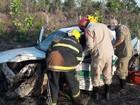 Carro capota na TO-050 e bombeiros resgatam motorista preso às ferragens