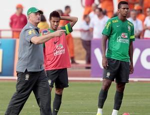 Felipão, Neymar e Jô treino Seleção (Foto: André Coelho / Agência O Globo)