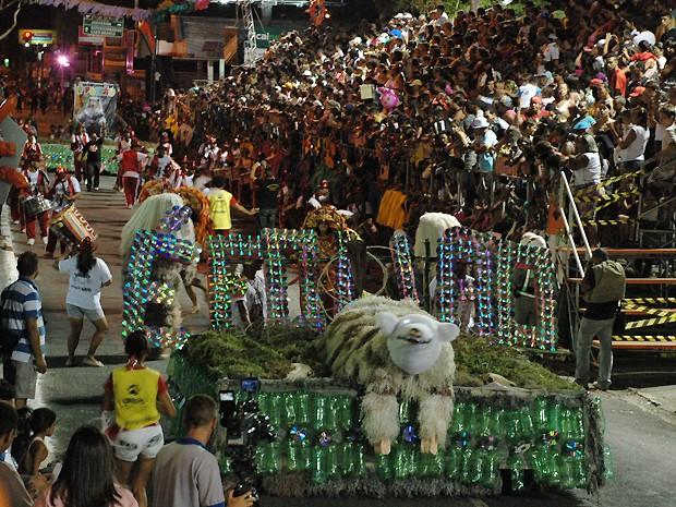 Urso Folião foi à avenida com carro alegórico feito com material reciclado (Foto: Krystine Carneiro/G1)