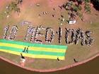 Grupo monta painel humano em ato contra a corrupção, em Goiânia