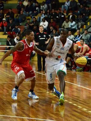 Gui Deodato e Kenny Dawnkins Bauru e Paulistano (Foto: Caio Casagrande/Bauru Basket)