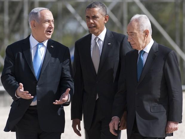 Presidente dos EUA, Barack Obama, caminha ao lado do presidente israelense, Shimon Peres e do primeiro-ministro de Israel, Benjamin Netanyahu, após a colocação de uma coroa de flores durante uma cerimônia no túmulo de Theodor Herzl  (Foto: AFP PHOTO / Saul LOEB)