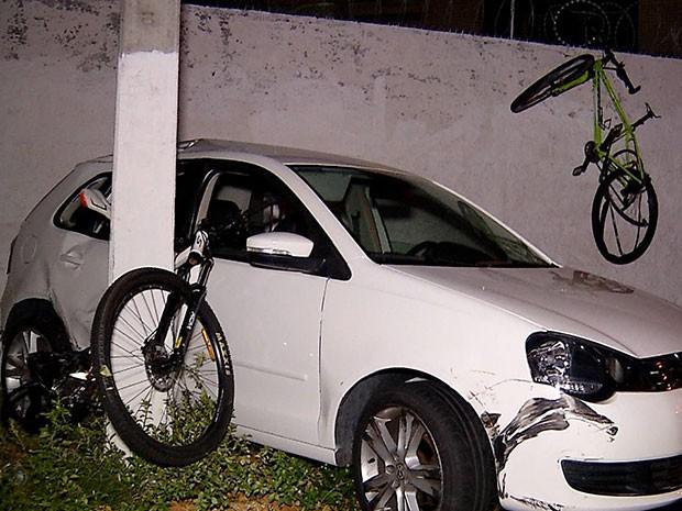 Uma bicicleta ficou pendurada em muro; outra foi destruída e ficou presa entre carro e poste (Foto: Reprodução/Inter TV Cabugi)