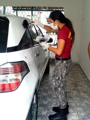 Peritos da Força Nacional e Itep fazem coleta de impressões digitais no carro do empresário morto em Macaíba (Foto: Anderson Barbosa/G1)