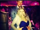 Josh Duhamel posa com as mãos na barriga da mulher, Fergie