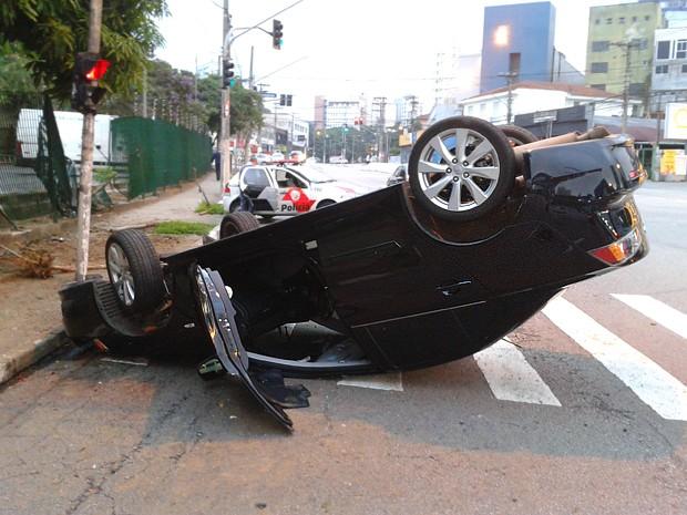 Mitsubishi Lancer capotou nesta madrugada, em São Paulo (Foto: Rafael Miotto/G1)