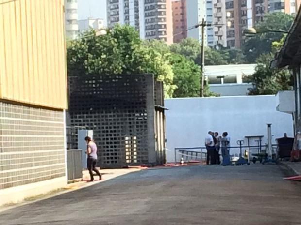 Funcionários avaliam prejuizos dentro da Cinemateca Brasileira após incêndio dessa quarta-feira (3) (Foto: Vivian Reis)
