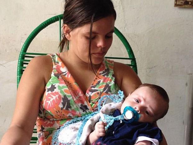 Mães esperam o diagnóstico dos bebês em Pernambuco (Foto: BBC Brasil)