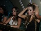 Ex-BBBs Cacau e Kelly se jogam em show de Zezé Di Camargo e Luciano
