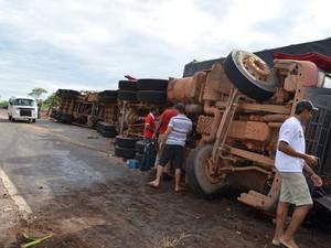 Uma das carretas tombou na pista (Foto: Elaine Rocha/Jaru online)