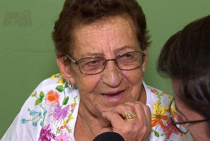 Ela já tem 90 anos, e conta uma história atrás da outra! (Foto: Reprodução / TV TEM)