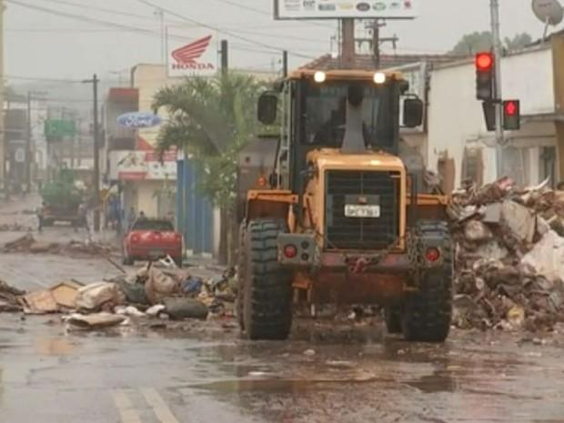 Enchente deixou estragos na cidade (Foto: Reprodução / TV TEM)