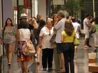 Lilia Cabral posa com fãs em shopping carioca