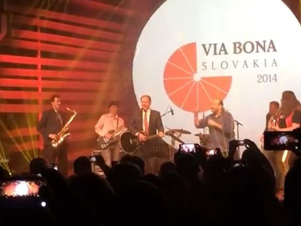 O presidente eslovaco Andrej Kiska toca com a banda Business Leaders durante um evento de caridade (Foto: Reprodução/ YouTube/ Jozef Vodicka)