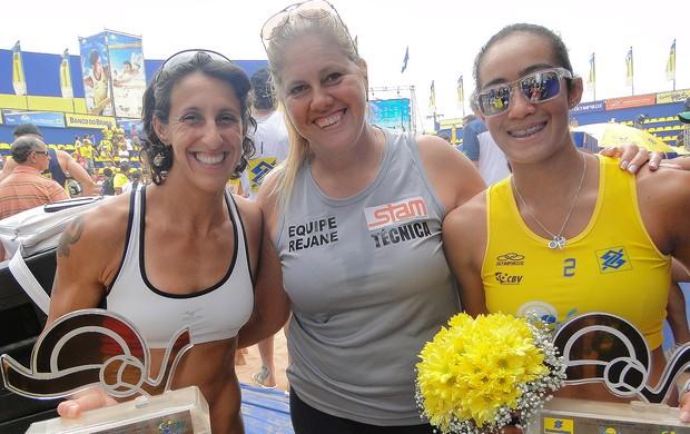 Josi, Thaís e a técnica Rejane vôlei de praia (Foto: Helena Rebello / Globoesporte.com)