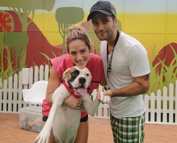 O casal posa com o cachorro Johnny  (Foto: Domingão do Faustão / TV Globo)