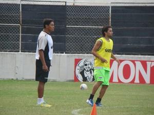 Lateral Adriano Ferreira e técnico Humberto Santos (Foto: André Vinícius / GloboEsporte.com)
