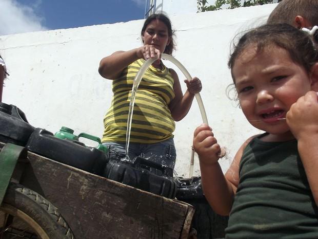 Em Carnaúba dos Dantas, moradores precisam recorrer à água suja que é fornecida no chafariz público da cidade (Foto: Anderson Barbosa/G1)