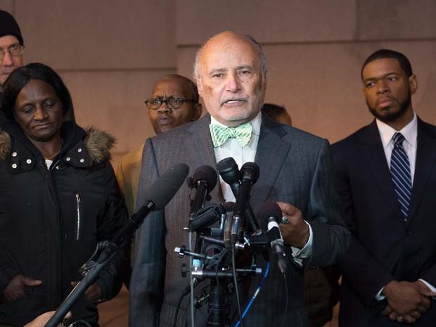 """Gloria Darden, mãe de Freddie Gray ouve pronunciamento do advogado da família, William H. """"Billy"""" Murphy Jr., à mídia depois do anúncio que julgamento de policial sobre a morte de seu filho foi anunlado nesta quarta-feira (16) em Baltimore (Foto: AFP PHOTO/ MOLLY RILEY)"""
