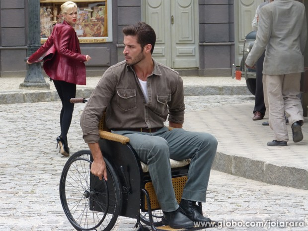Aurora se irrita e deixa Davi sozinho no meio da rua (Foto: Joia Rara/TV Globo)