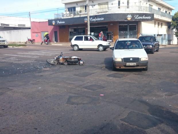 Moto ficou no meio da avenida por quase uma hora sem sinalização (Foto: Gláucia Souza / G1)