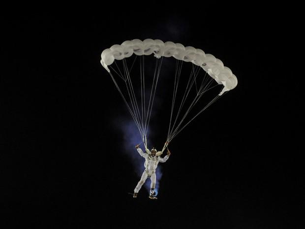 Paraquedista 'voa' em desfile da Portela (Foto: G1/Alexandre Durão)