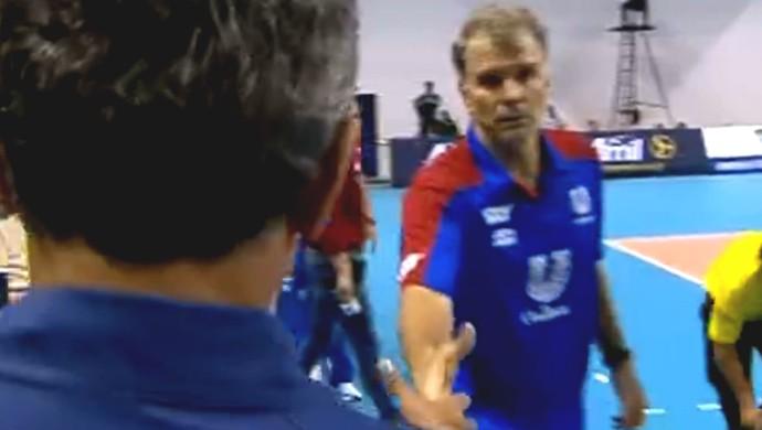 Aperto de mãos entre Zé Roberto Guimarães e Bernardinho (Foto: Reprodução/SporTV)