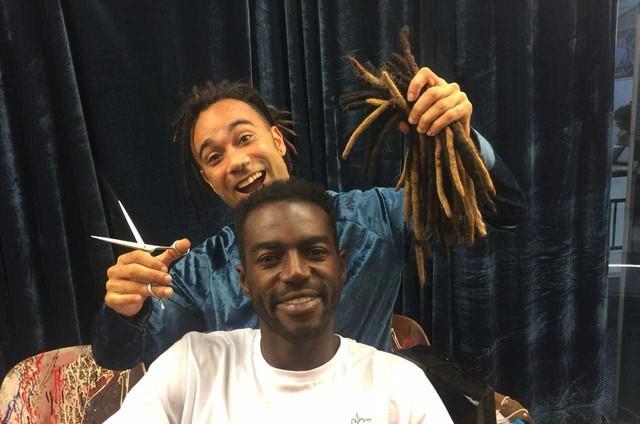 Jonathan Azevedo com o cabelereiro Marcos Baroni (Foto: Arquivo pessoal)