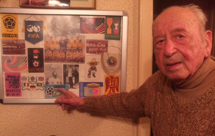 Niculescu posa ao lado de foto de Pelé e recordações da Copa de 70 (Foto: Felipe Schmidt)