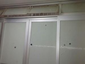 Grupo também atirou contra o prédio do destacamento do município (Foto: Divulgação/ Polícia Militar)