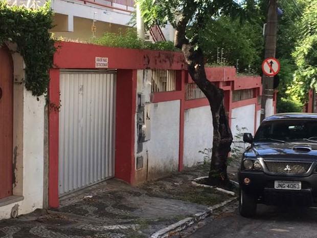 Mandado é cumprido na sede do PT no bairro do Rio Vermelho, em Salvador (Foto: Andreia Silva/ TV Bahia)