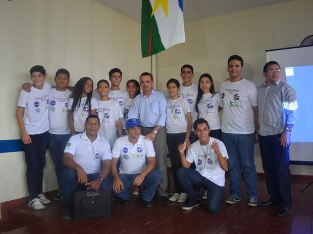 Seis alunos da Escola Gonçalves Dias e oito do Instituto Federal de Roraima participaram do projeto (Foto: Emily Costa/G1)