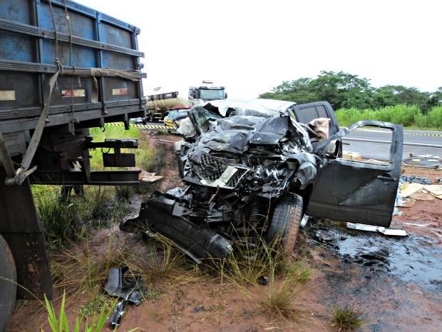Caminhonete colidiu com caminhão na BR-267, em Bataguassu.  (Foto: Divulgação / Corpo de Bombeiros )