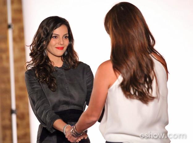 Numa boa, Marina entende Clara e libera a agenda da amiga (Foto: Carol Caminha/ TV Globo)