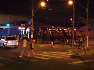Cavalaria da PM foi acionada para conter o tumulto (Foto: Reprodução/ TV TEM)