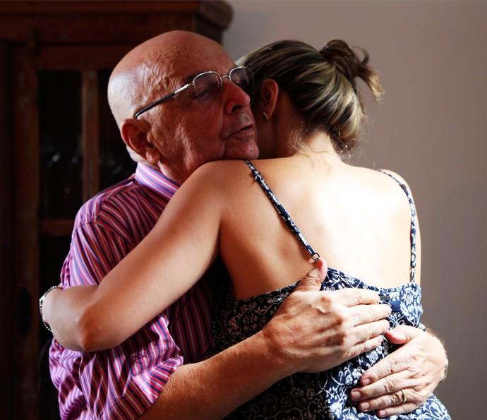 Ana Paula abraça seu pai  (Foto: Larissa Moggi/Gshow)