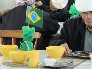 Refeitório do asilo recebe decoração temática para a Copa (Foto: Rafaella Fraga/G1)