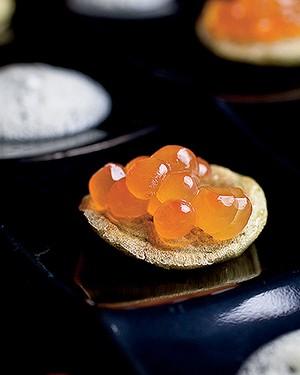 Blinis de jambu com ovas de salmão e espuminha de tucupi (Foto: Tomás Rangel/ Editora Globo)