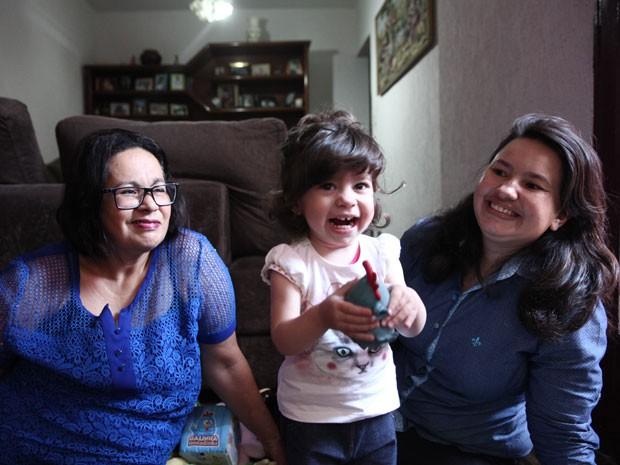 Letícia sob olhares carinhos da avó Érika e da mãe Amanda  (Foto: Glauco Araújo/G1)