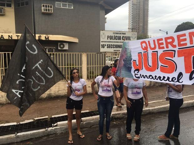 Familiares e amigos pediram rigor nas investigações (Foto: Reginaldo Balieiro/TV Tapajós)