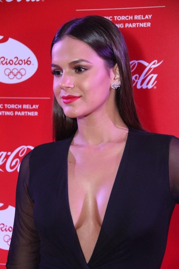 Bruna Marquezine capricha no decote e rouba a cena em evento vip no Rio (Foto: Foto Rio/Divulgação)