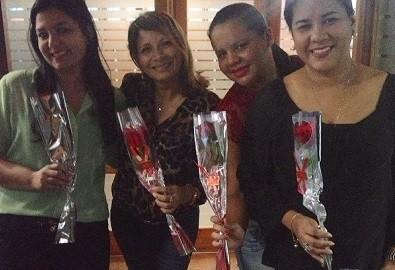 Meninas do jornalismo e suas rosas (Foto: Divulgação)