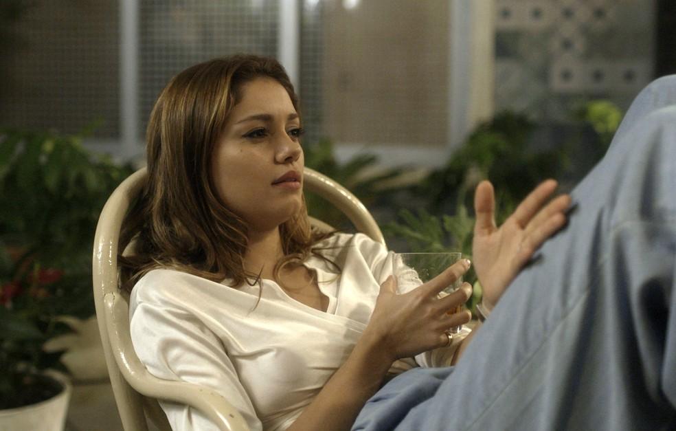 Alice diz para Nanda que tem medo do que Vitor possa fazer a Renato (Foto: TV Globo)