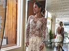 Gabriela Pugliesi posa com vestido de renda transparente