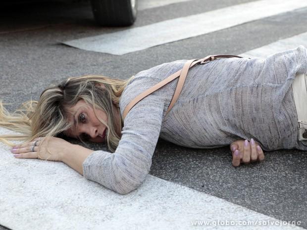 Érica cai no chão após ser atropelada (Foto: Salve Jorge/TV Globo)