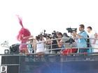 Em cima do trio, Ivete Sangalo é assedia por fotógrafos; fotos